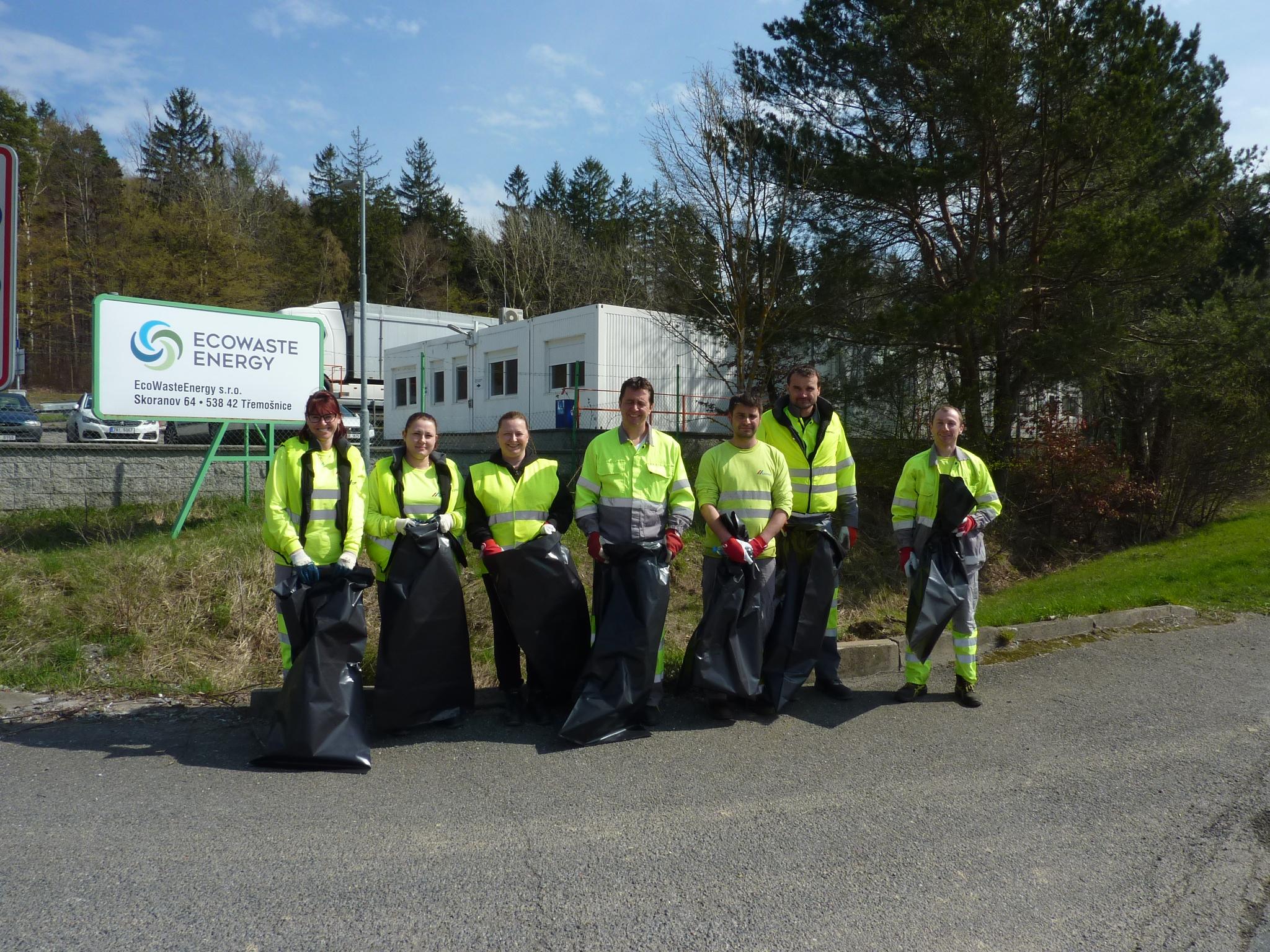 Zaměstnanci EWE ze skupiny CEMEX během Ukliďme Česko
