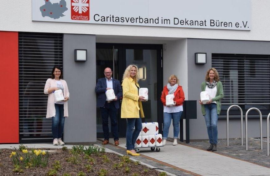 Der Caritasverband im Dekanat Büren e.V. freut sich über die Spende, die dem Schutz der Mitarbeitenden und der Menschen dient, für die sie sich täglich einsetzen. Von links: Silvia Schneppe, Christian Bambeck, Antje Brüggemann, Vorständin Silke Erdmann, Stephanie Neumann.