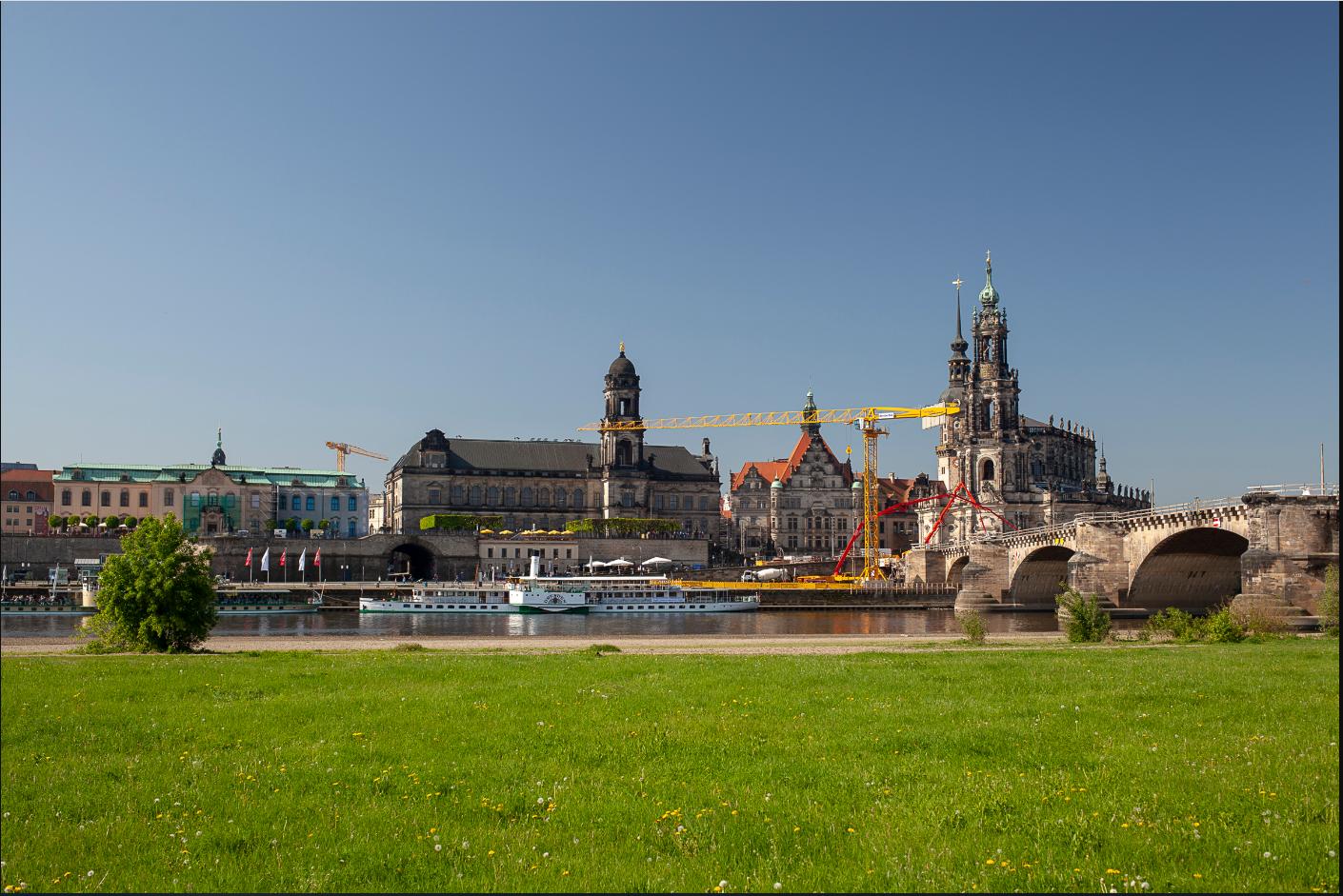 Sandsteinfarbener Beton ermöglicht die denkmalgerechte Sanierung der Augustusbrücke in Dresden. Der neue Brückenbogen passt sich harmonisch ein. (Foto: CEMEX Deutschland AG / Sebastian Lechler)