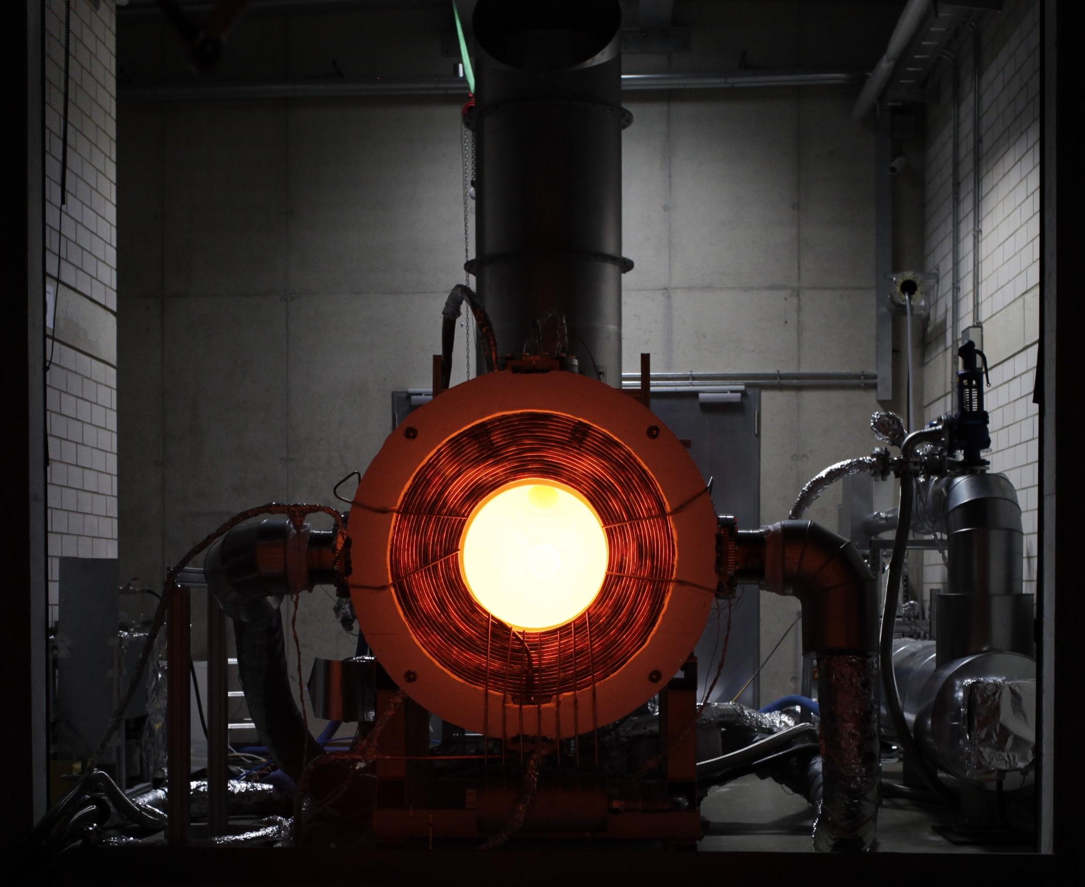 Der 250 kW-Solarreceiver von Synhelion glüht nach einem Test, bei dem er über 1500 °C erreicht. (Foto: Synhelion SA)