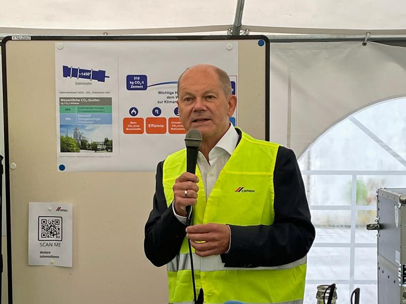 Olaf Scholz war beeindruckt von den Dekarbonisierungsprojekten der CEMEX. (Foto: CEMEX Deutschland/Nicola Reichert)