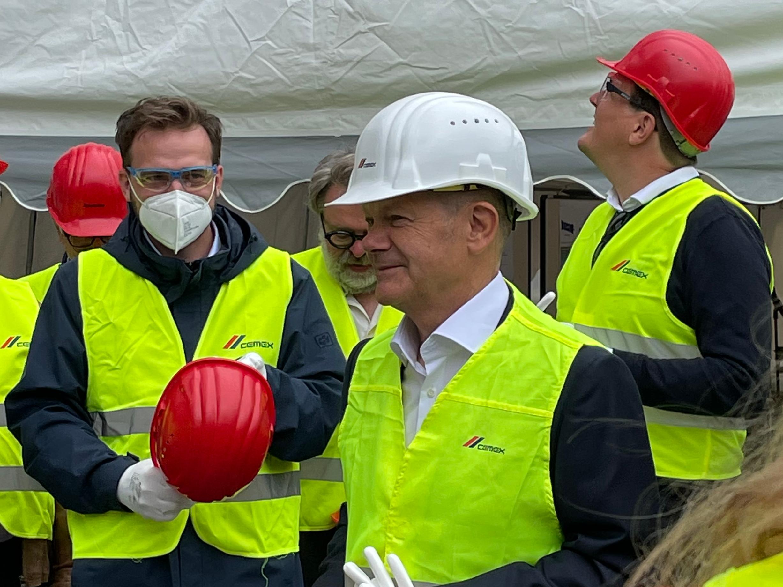 Im Rahmen seiner Wahlkampftour machte SPD-Kanzlerkandidat Olaf Scholz Station im CEMEX Zementwerk Rüdersdorf. (Foto: CEMEX Deutschland/Nicola Reichert)